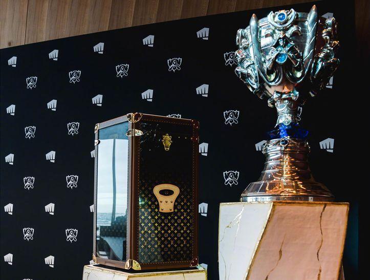 英雄联盟 S9 全球总决赛奖杯以及 LV 联名收纳箱实物