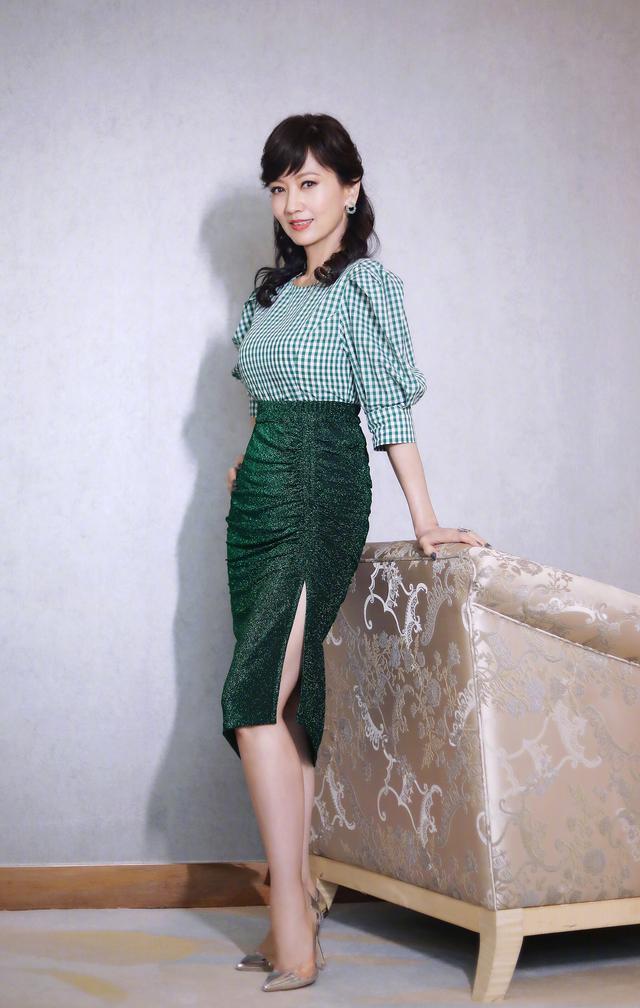 看了赵雅芝私服穿搭,终于知道什么是优雅,四十岁女人穿衣就学她