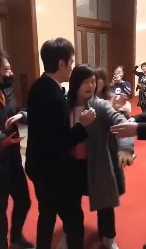 """冯绍峰被粉丝拉扯求合影,""""拍张照行吗?求你了。 。。""""你怎么看"""