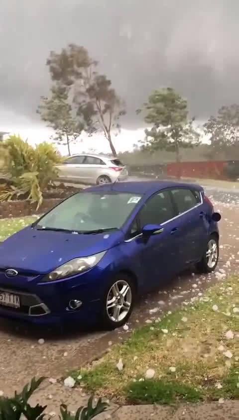 澳大利亚网友在家门口拍到的超大冰雹,感受一下…