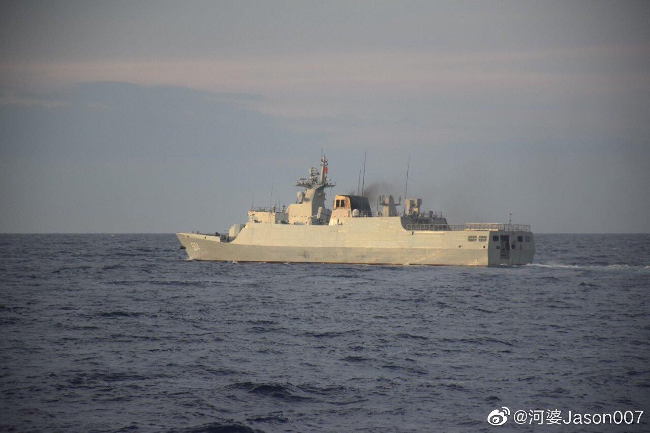 """菲律宾海岸警卫队近日在黄岩岛海域活动时拍摄的中国海军504舰""""宿迁"""