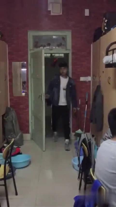 据说这是男生宿舍的日常…   @搞笑视频专用