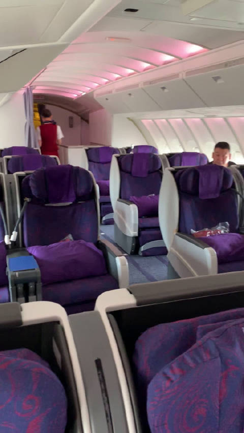 今天飞北京,看到要乘坐的飞机是一架机龄25年的747-400