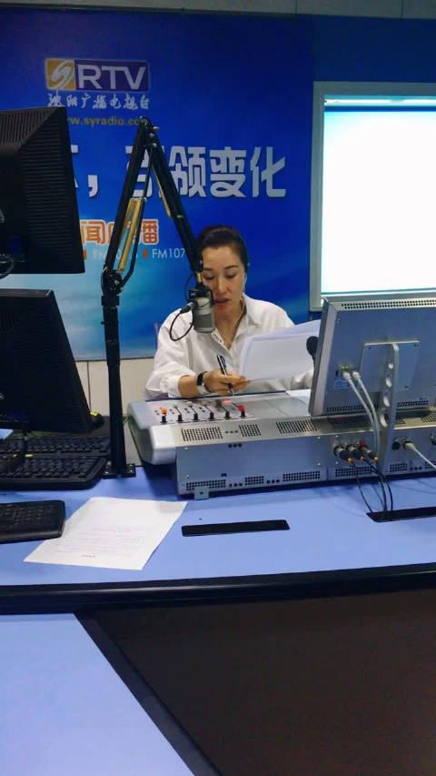 家住铁西区腾飞一街的81岁听众姜大娘向沈阳新闻广播《辣姐有话要说》