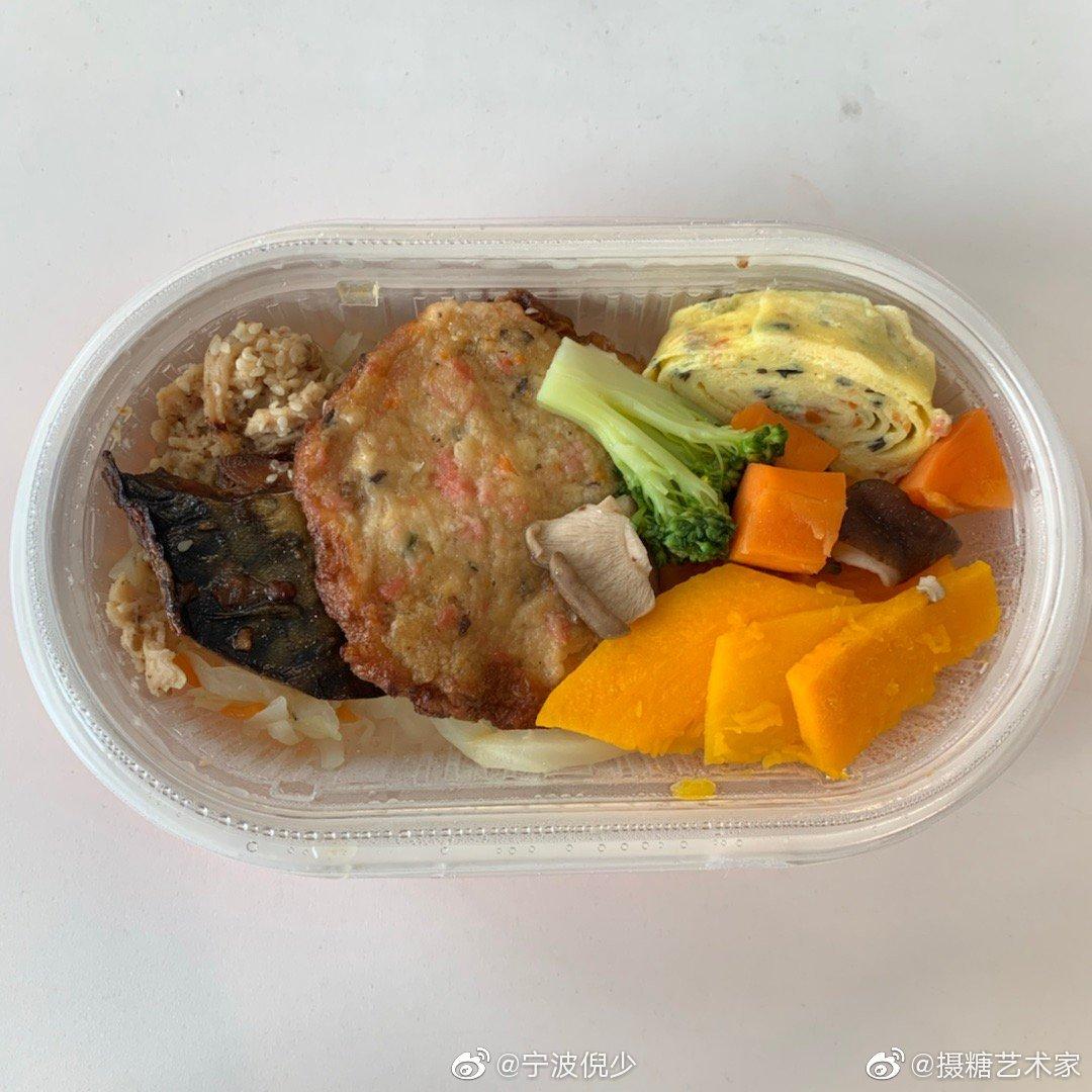便当也可以吃的健康鸭今天中午吃了这款罗森滴和风轻食简餐料好丰富