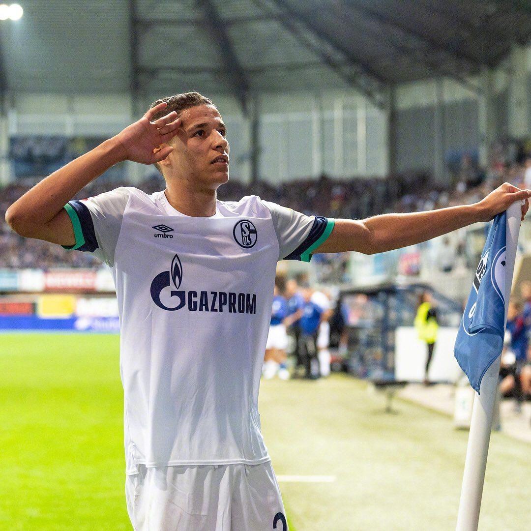 阿里特为皇家蓝的首次梅开二度为他点赞 @沙尔克04足球