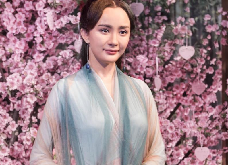 杨幂新蜡像在上海揭面,还原度饱受争议,撞脸王龙华和大头儿子