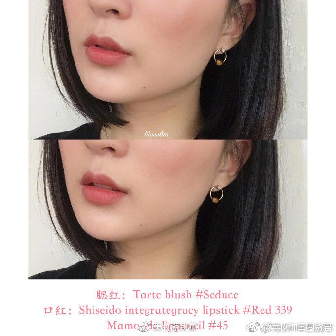 超温柔的奶茶色系妆容搭配,腮红和口红同色系更协调。