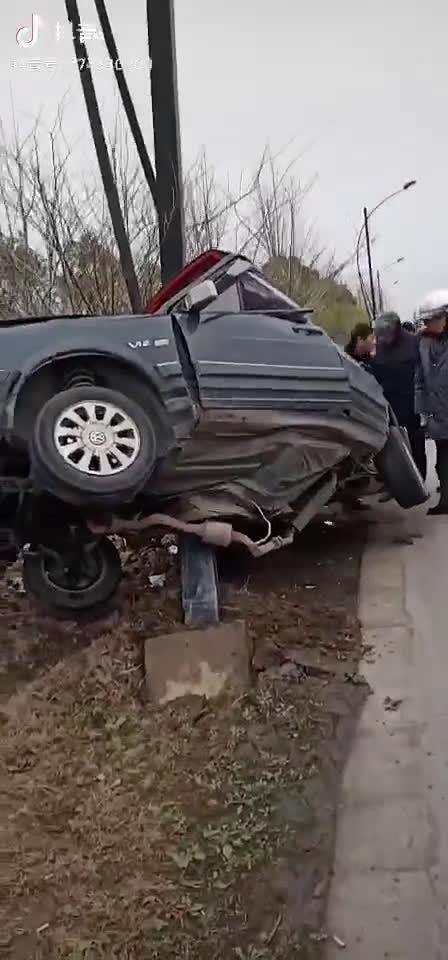 视频:V12的桑塔纳……这是马力太大了,没控制住才出的事故是吗?