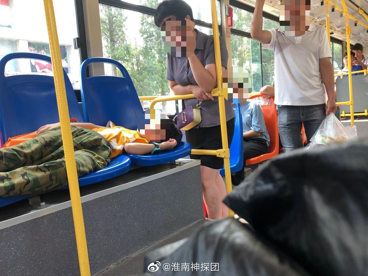 """据网友反映:""""这是今天中午发生在淮南121路公交车上的一幕"""