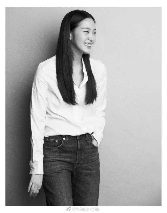 金高银今日采访照,白衬衫牛仔裤,干净恬静的纯粹美好总是看不腻。