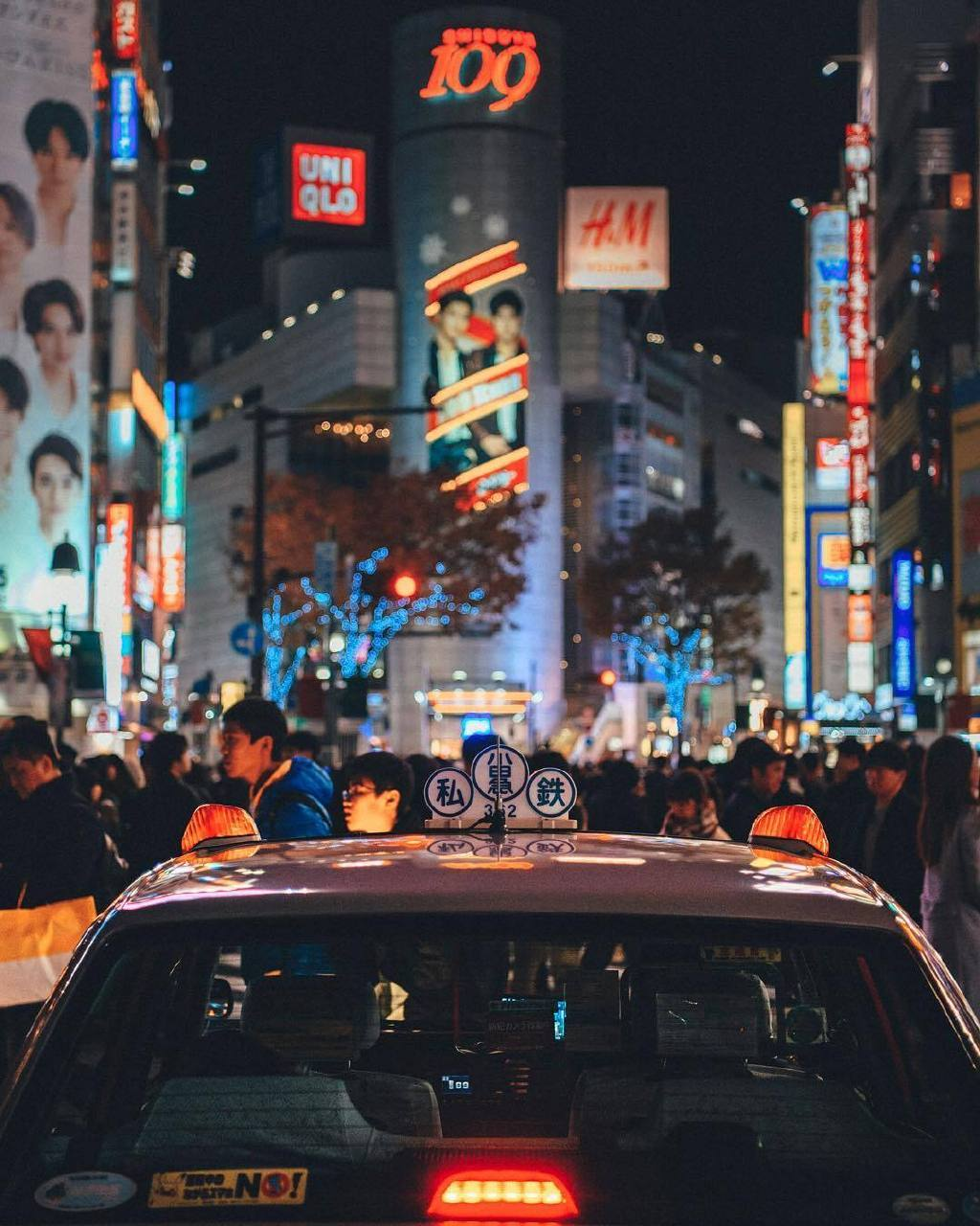摄影师 Hiro Goto 镜头下夜里繁华的东京街头。
