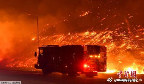 """正在美国加利福尼亚州南部希尔玛等地熊熊燃烧的""""萨德尔里奇""""大火(S"""