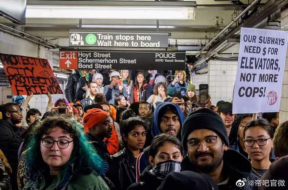 终于轮到纽约地铁了因警方粗暴执法,纽约市民走上街头抗议