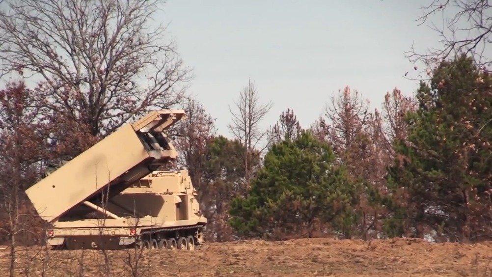 非常强大的M270多管火箭炮和M142型自行火箭炮实弹射击
