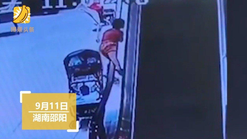 """幼童搭扶梯被""""传送""""上楼 店员紧急救下"""