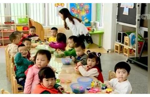 """首批""""二孩""""开启""""摇号""""上幼儿园模式"""