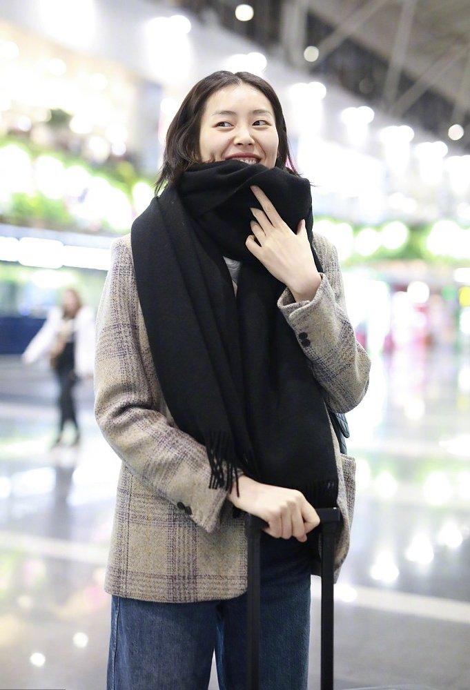 11月17日,身穿法国轻奢品牌Ba&sh格纹外套