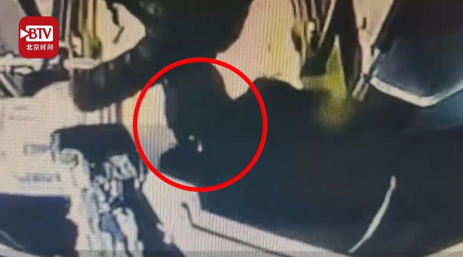 小伙手受伤乘公交时鞋带松开 细心司机担心其摔倒蹲地为其系鞋带