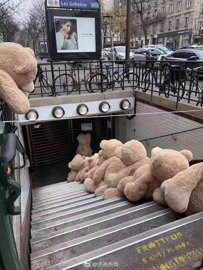 这些熊是替人工挡路抗议的,这个罢工有点可爱 中国义乌
