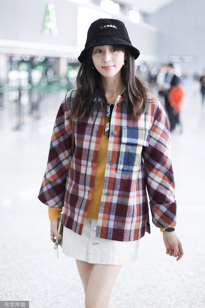 张钧甯亲自回应与邱泽绯闻后现身机场,穿着格纹外套下搭白色短裙
