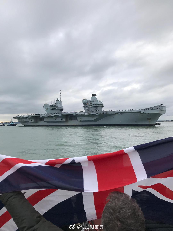 在R09威尔士亲王号抵达母港朴茨茅斯后