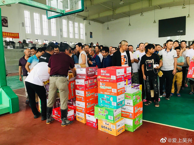 东林镇新凤鸣转移工人300人至东林中学,今天中午