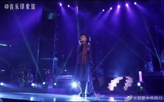 《爱与痛的边缘》是王菲原唱的经典粤语歌曲,作词潘源良
