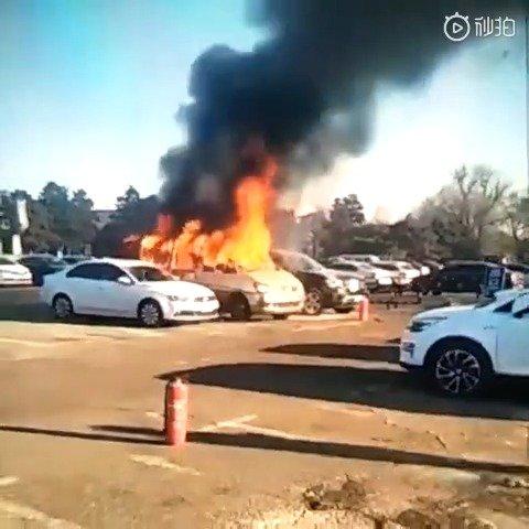视频:长春市殡仪馆。东风菱智m5后暖风机起火。导致车辆自燃