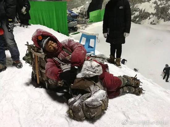 吴京在拍摄新片《攀登者》过程中腿部受伤