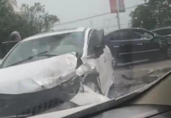 日系车终于暴露了,车轻皮薄不耐撞,竟和韩系车有一拼