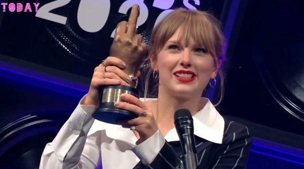 哦,霉霉(Taylor Swift)领取2020 NME Awards最佳国际歌手奖。