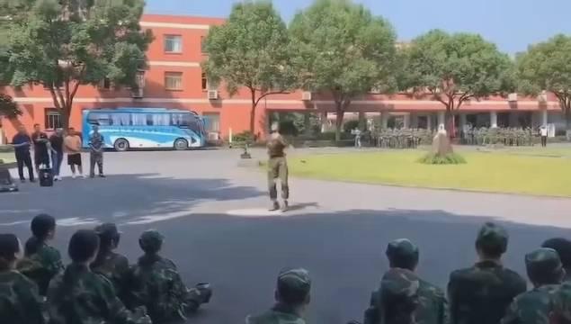 刚开学,军训期间就这么出彩,你让别的女同学压力挺大的!