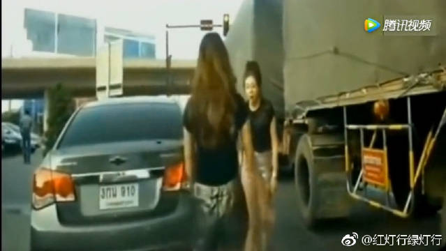 两美女当街大打出手,警察赶到后也是没用