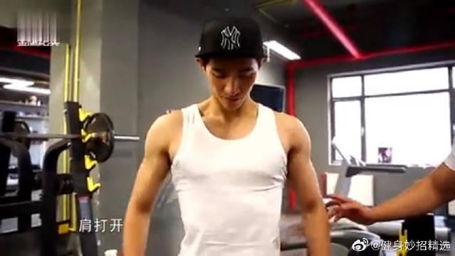健身也讲究私人订制!李子峰受健身教练李浩轩指点,越练越帅气