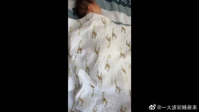 6个月儿子睡着了,掀开被子那一刻,原谅我不厚道地笑了!