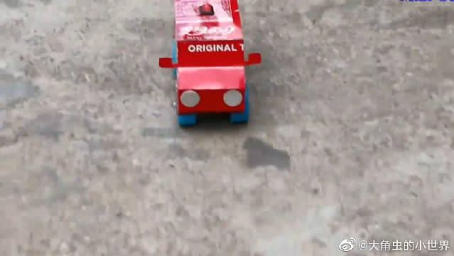 小伙用易拉罐和瓶盖DIY电动小汽车,这脑洞也太大了吧!!