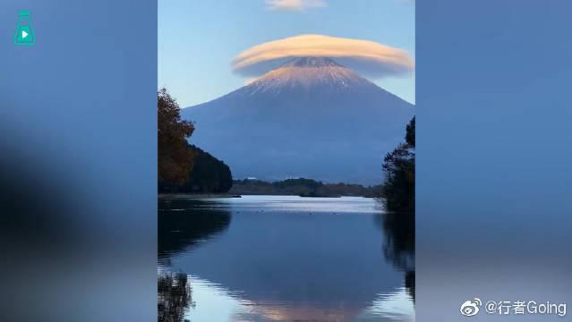 一片荚状云刚好在富士山的上方,宛如戴了小帽子,有点可爱