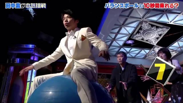 第一组视频是关于平衡球的,于是节目组要圭哥挑战坐平衡球10秒