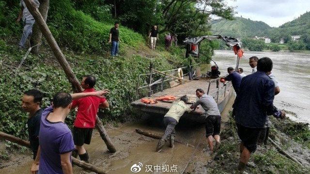 汉江一艘大船搁浅,众人合力推船入河!