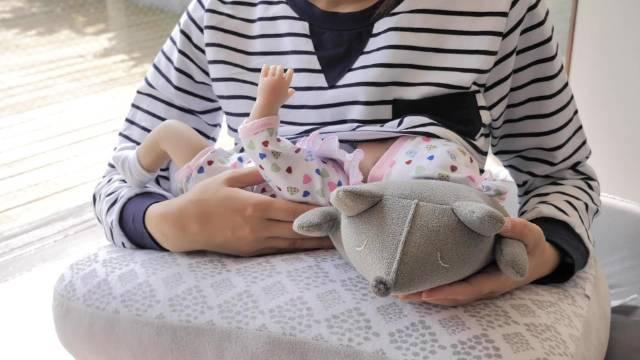 宝妈感到手臂酸痛,其实和奶娃的姿势有一定关系,曲颈弯腰