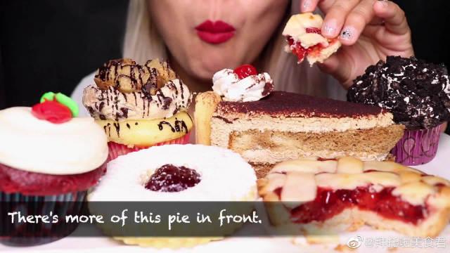吃酸樱桃派、奶油芝士红丝绒纸杯蛋糕这一桌子甜品都吃下去什么感觉