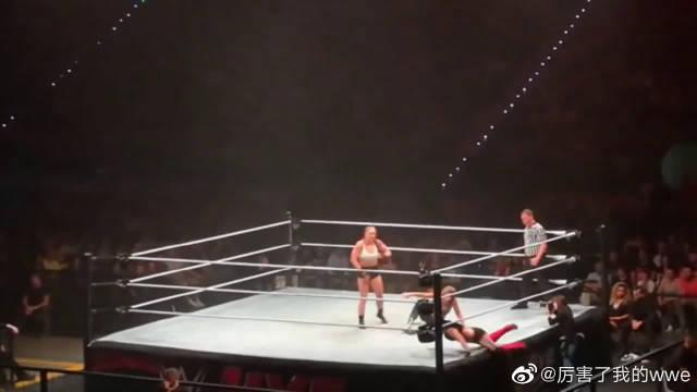 十字固定女王隆达罗西娜塔莉亚安泊沐恩,WWE三人联手制敌现场版!