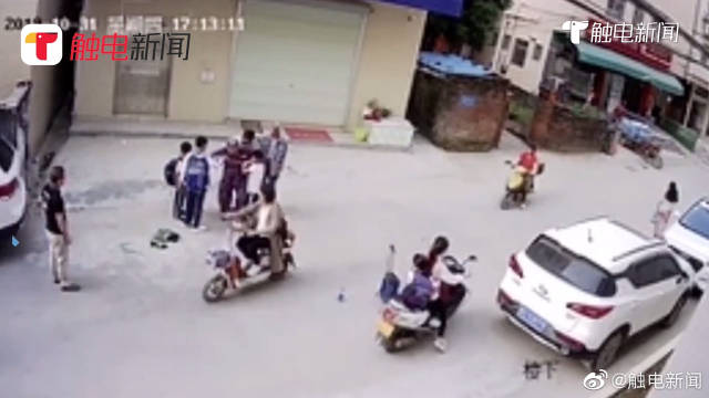 点赞!老人路边摔倒,3名小学生扔下书包上前搀扶