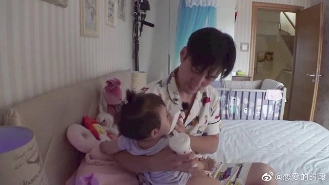 严屹宽独自一人带娃,给孩子喂奶,真是一个好奶爸~