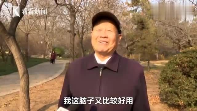 """这俄语卷舌音什么水平?88岁""""学霸""""精通三门外语:我脑子好用!"""
