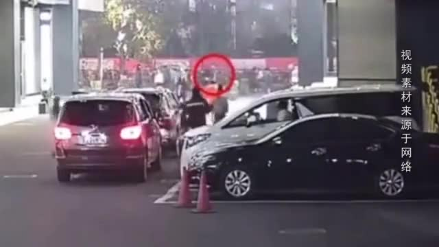 胆真大!男子当街抢包夺路而逃 热心群众迎面拦截不慎被撞飞