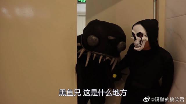 怪兽兄弟来到商场,看到奥特曼玩具立马吓跑了