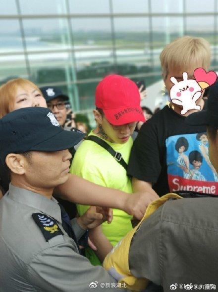 朴宰范刚刚抵达武汉天河机场,现场粉丝还挺多的据了解