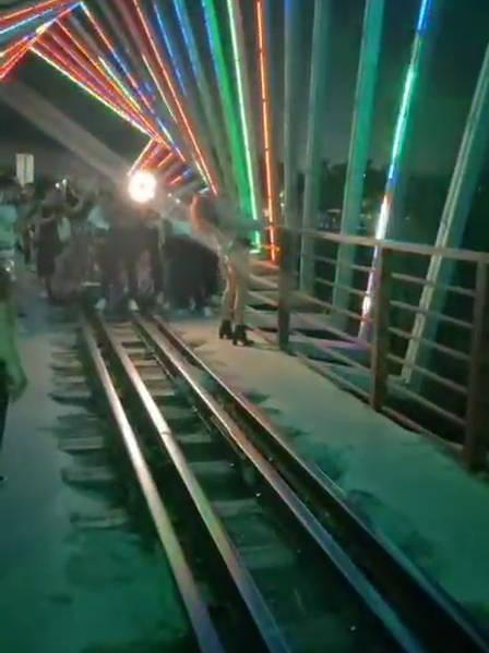 时光隧道夜景桥出现不文明现象